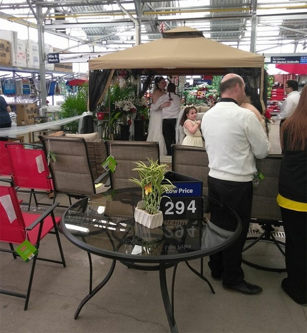свадьба в отделе цветов в супермаркете
