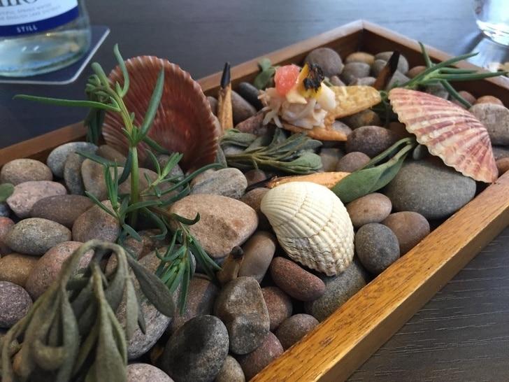 подача блюд на камнях