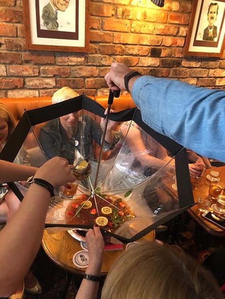 подача супа в зонтике