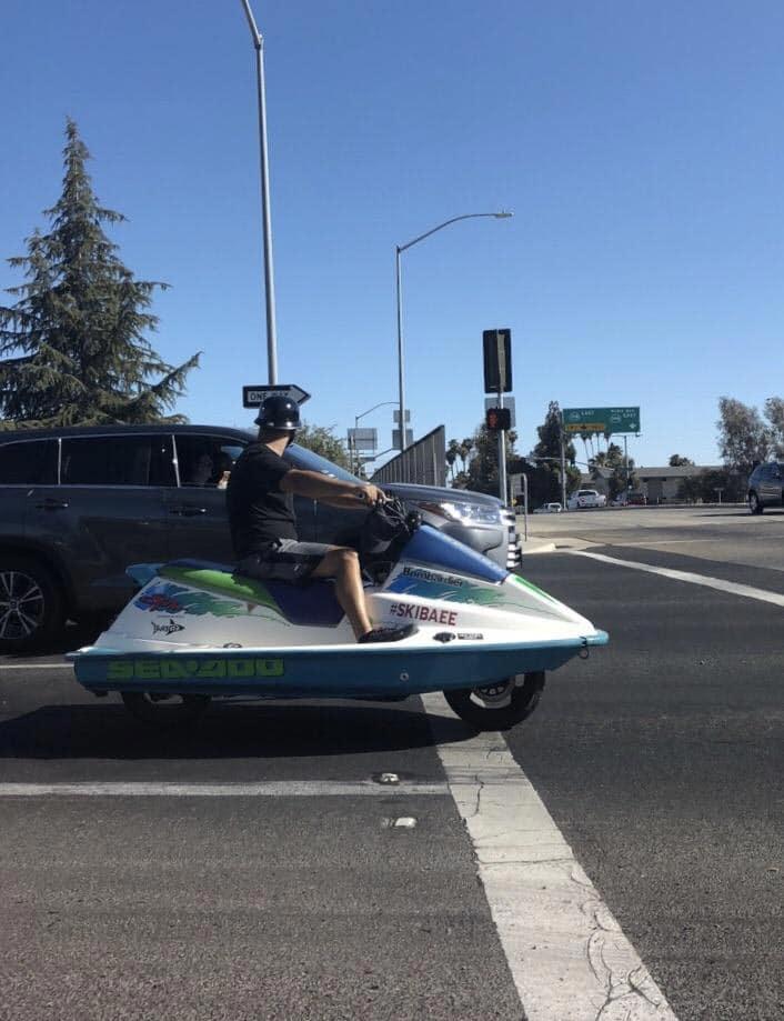 на моторной лодке по улице