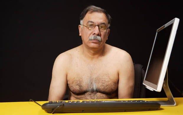 голый мужчина перед компьютером