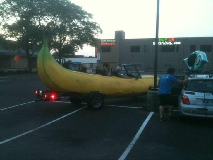 машина в форме банана