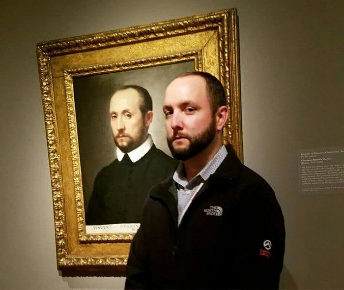 мужчина на фоне картины