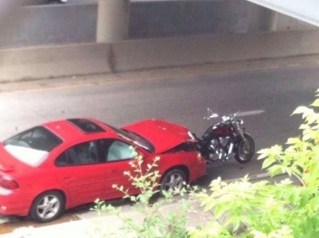 красная машина и мотоцикл