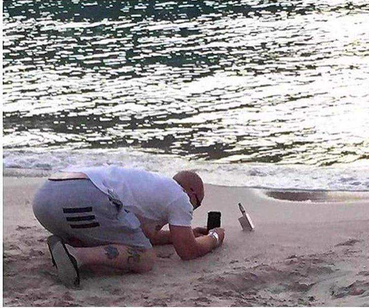 парень делает фото на пляже