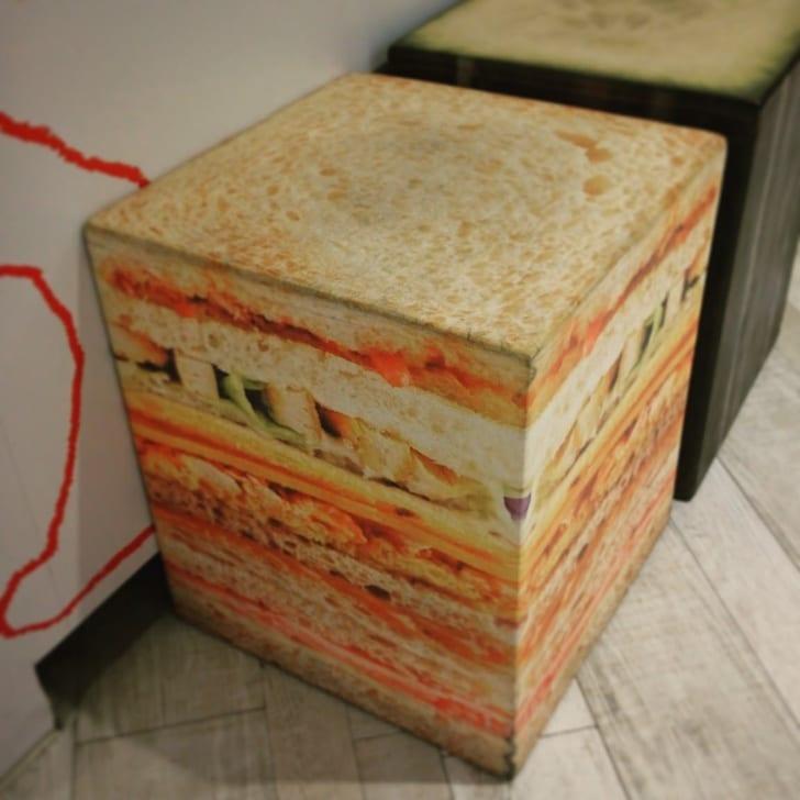 стул в виде сэндвича