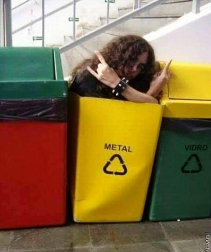 парень в мусорном баке