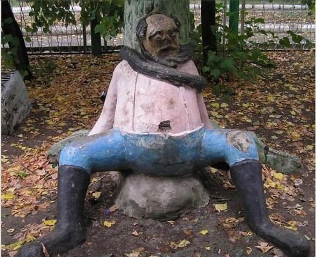 фигура мужчины на игровой площадке