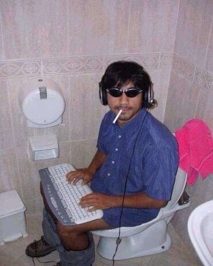 человек в ванной комнате
