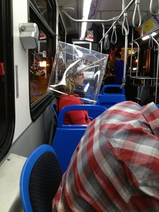 странная девушка в метро