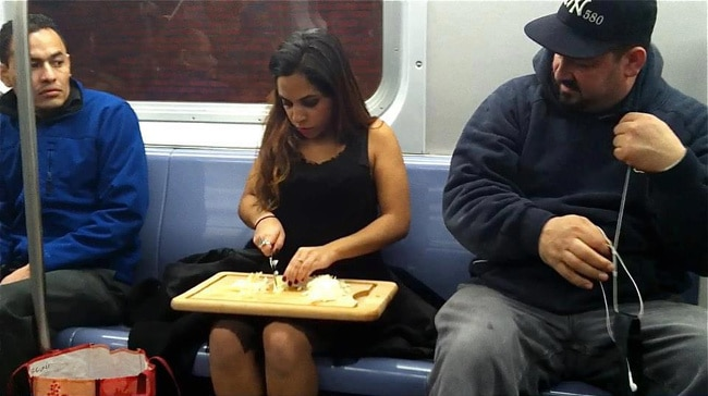девушка готовит еду в метро