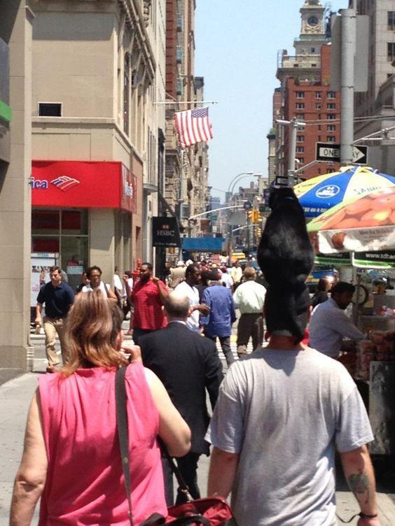 мужчина с черным котом на голове