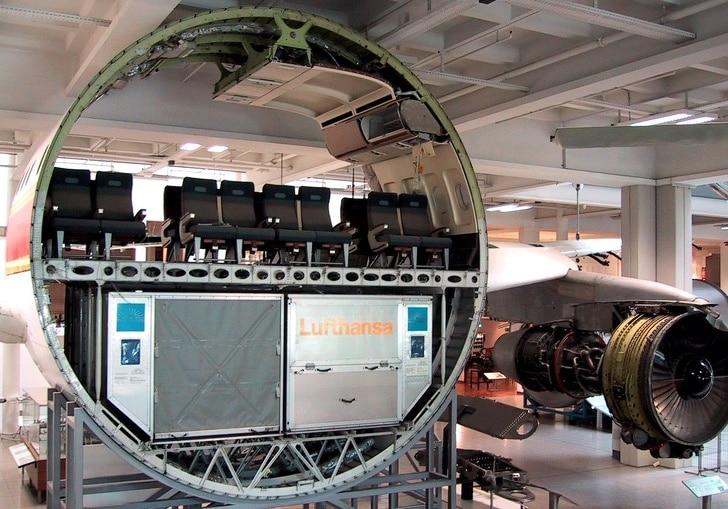 пассажирский самолет в разрезе