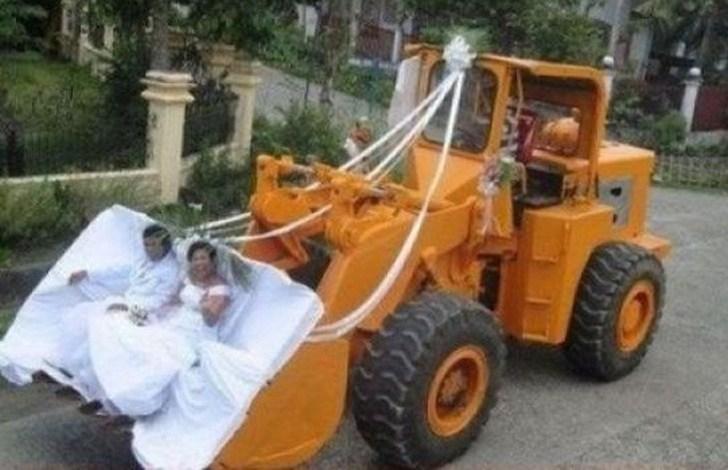 жених и невеста в ковше экскаватора