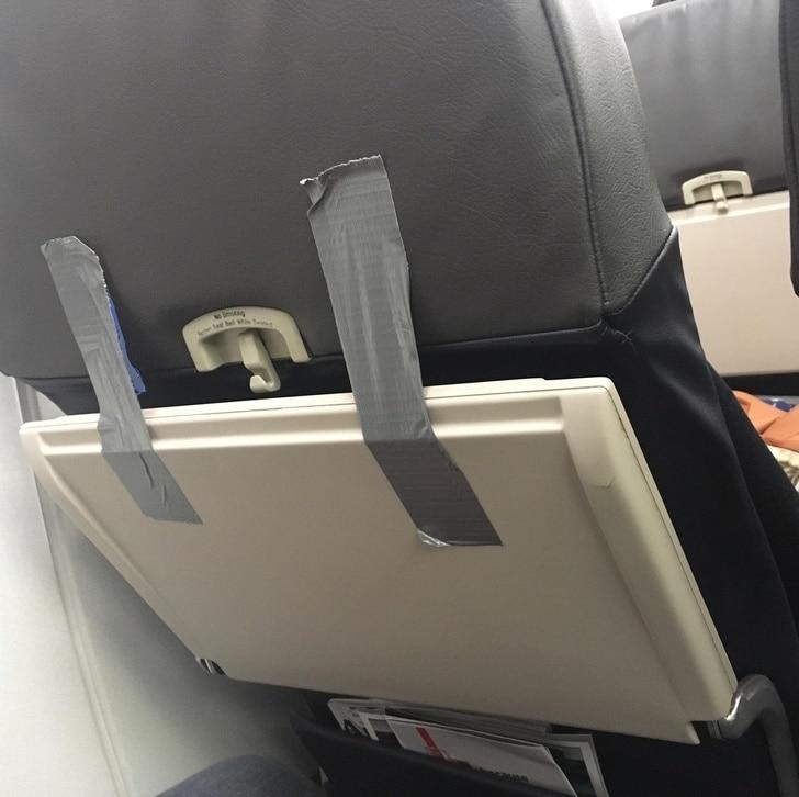 стол в самолете