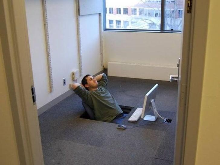 стол в офисе