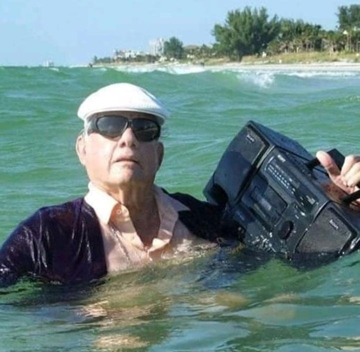 дедушка с магнитофоном