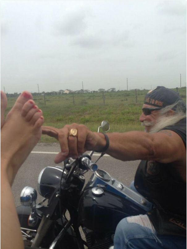мотоциклист пошутил над девушкой