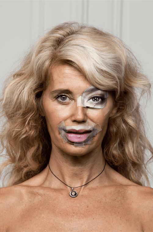 женщина блондинка с вырезками из журнала на лице