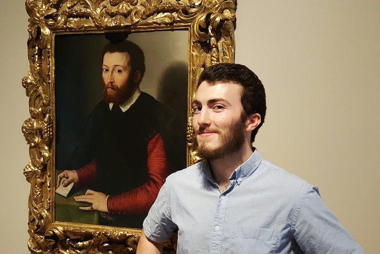 бородатый парень на фоне портрета