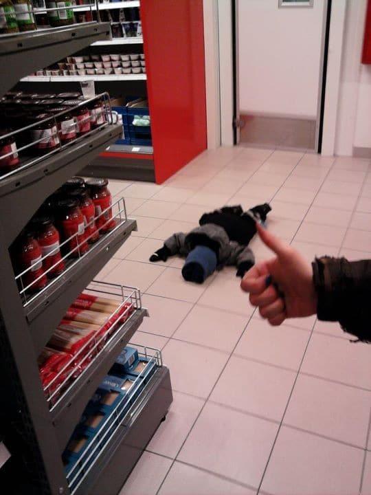 ребенок лежит на полу в магазине