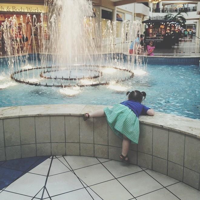 девочка лезет в фонтан в тц
