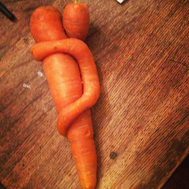 две морковки в виде мамы и ребёнка