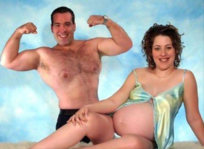забавное фото мужа и беременной жены