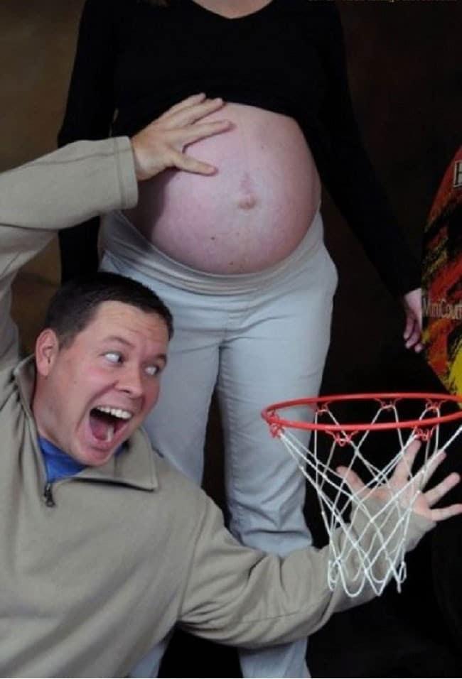муж шутит над беременной женой
