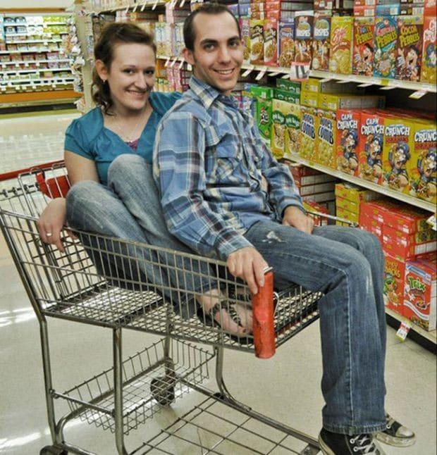 парень и девушка в магазине