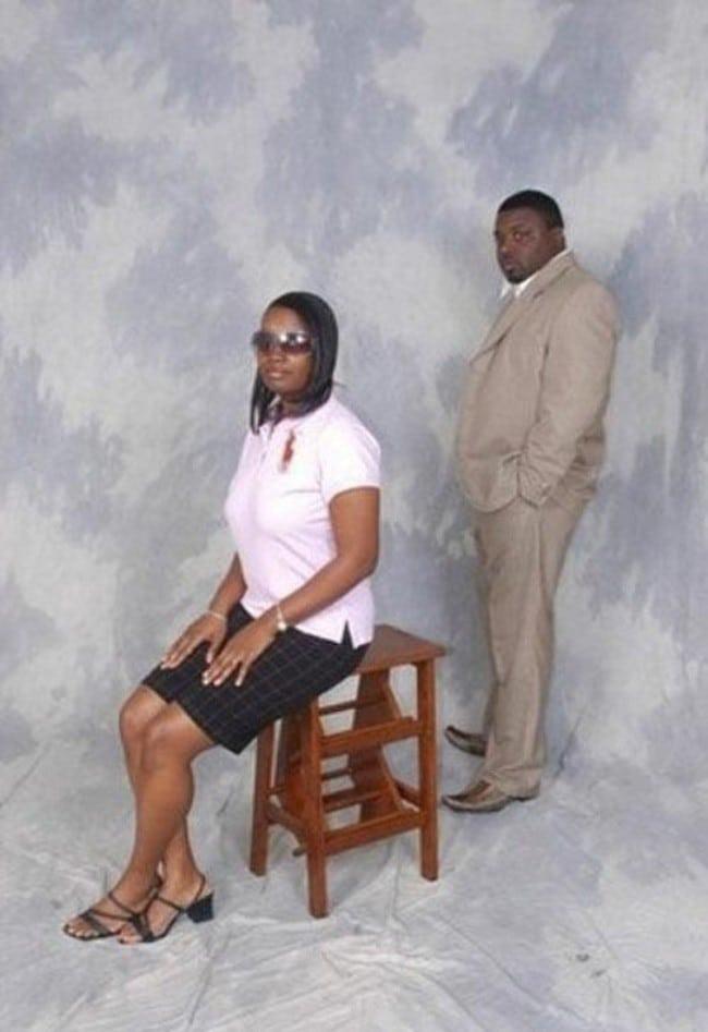 фото женщины на стуле и мужчины