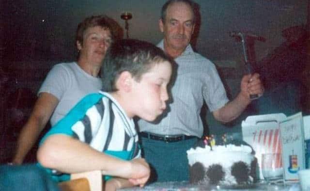 ребенок задувает свечу