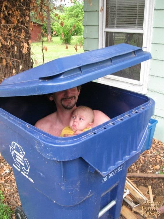 папа и ребёнок в мусорном баке