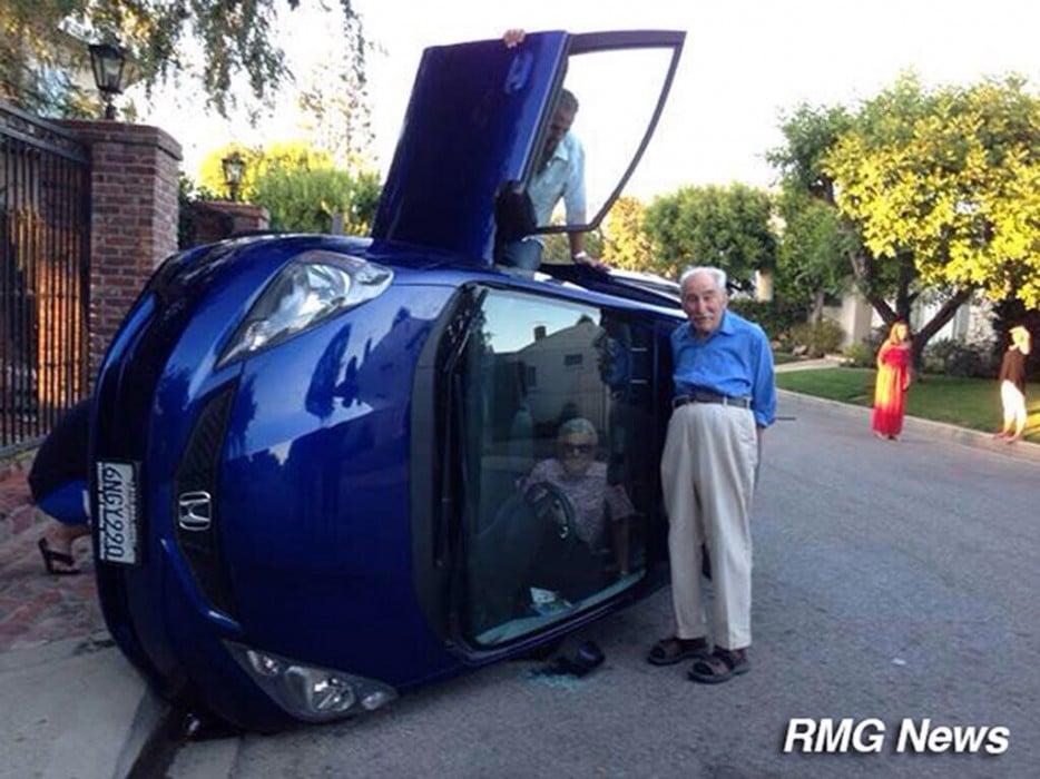 перевернутый автомобиль