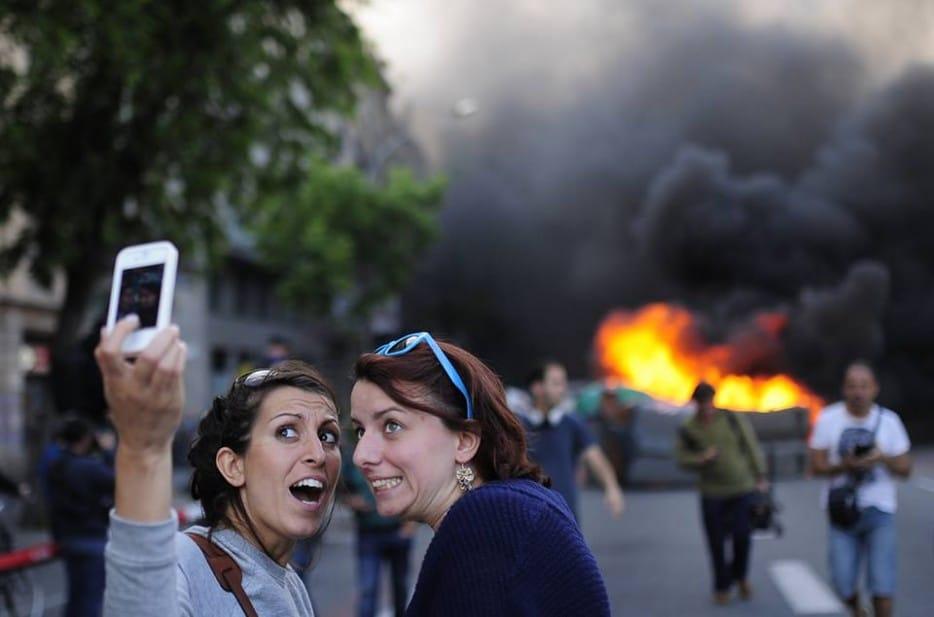 девушки делают селфи на фоне пожара