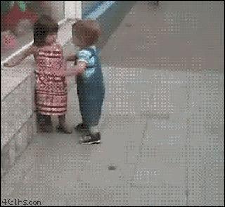 мальчик обнимает девочку