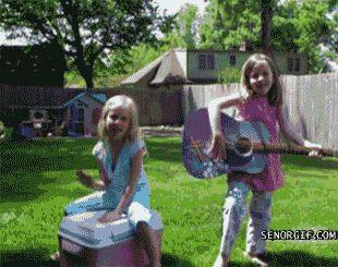 девочки и мальчик на тракторе