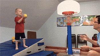 мальчик играет с папой в баскетбол