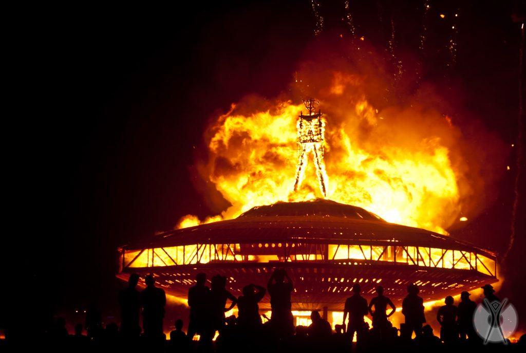 сжигание чучела мена на фестивале