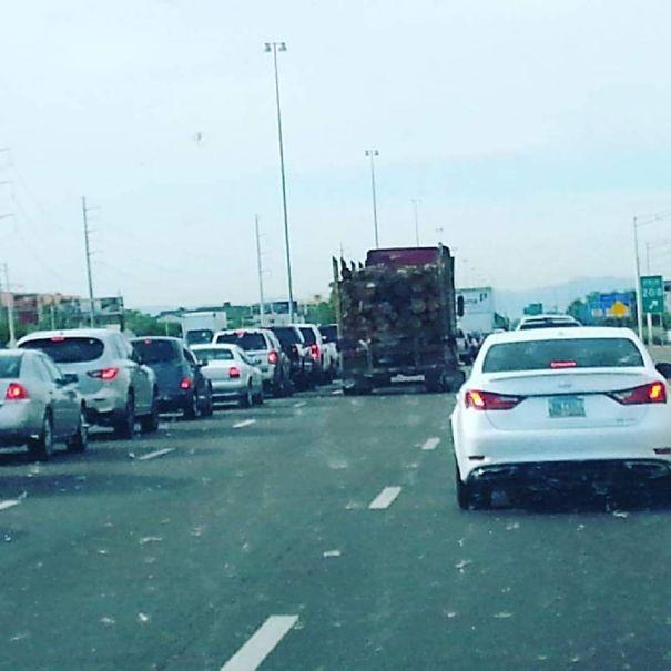грузовик с грузом на дороге
