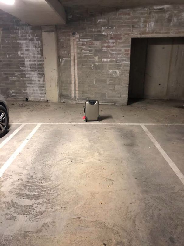 люди забыли багаж на парковке