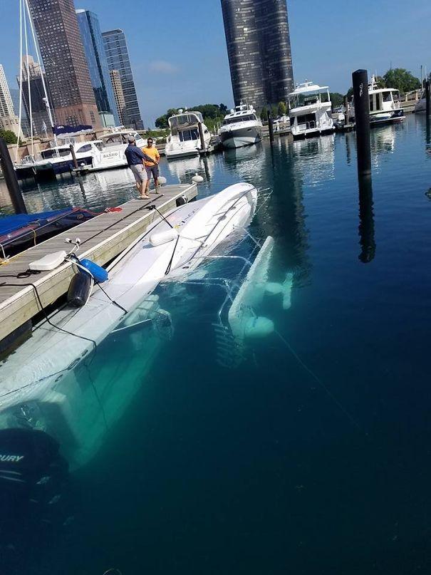 яхта утонула в воде