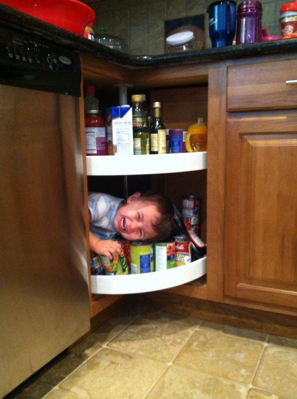 ребенок прячется в шкафу