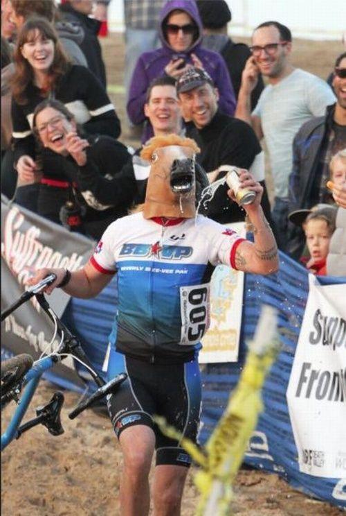 велосипедист с лошадиной маской на лице