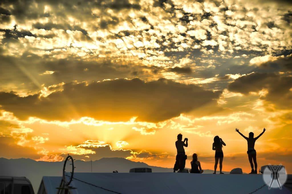 люди встречают рассвет на Burning Man