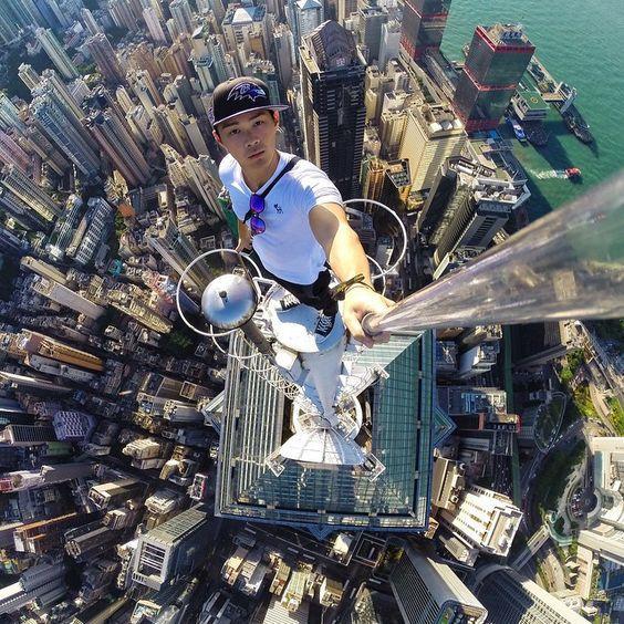 парень на вершине небоскреба