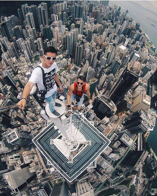 парни на вершине небоскреба