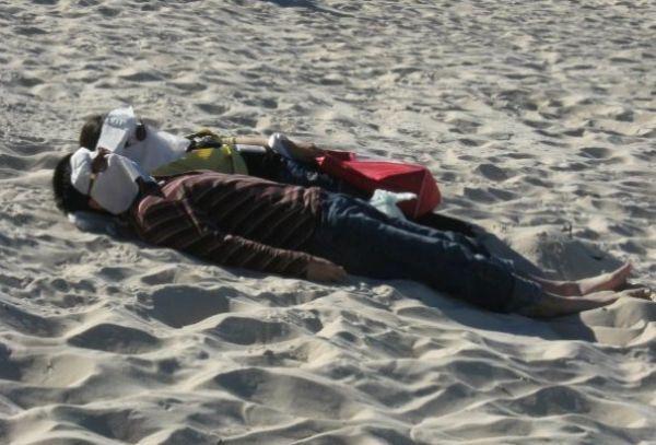 одетые люди на пляже