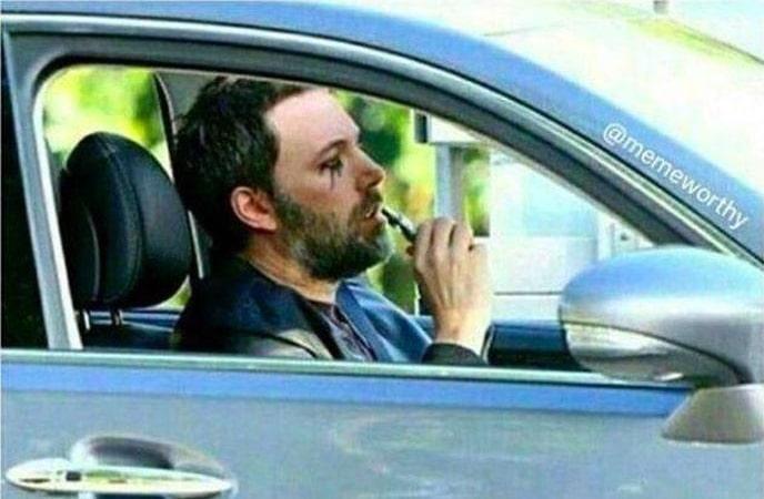 бородатый мужчина за рулем