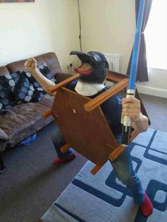 мужчина в птичьей маске
